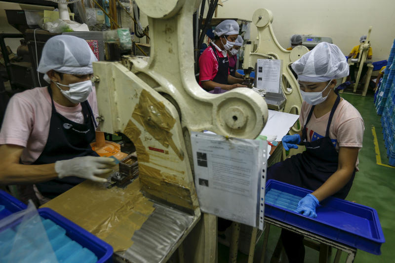 Workers work at an STS Consumer Product factory in Bangkok, Thailand, March 28, 2016. (Reuters file photo)