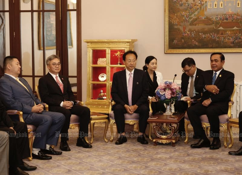 Prime Minister Prayut Chan-o-cha (right) speaks with Zhao Tao (centre), chairman of the Air Business College. (Photo by Pattarapong Chatpattarasill)