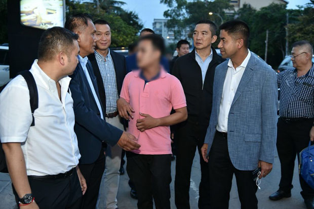 Pol Maj Gen Surachate 'Big Joke' Hakparn, right, speakis with Cambodian suspect Heng Ratanak (blurred face) in Phnom Penh Thursday. (Tourist police photo)