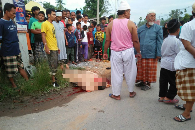 Villagers crowd around the body of Doloh Hayeetaye, 59, a physician at the Tambon Thung Phla Health Promoting Hospital, in Khok Pho district, Pattani. He was shot dead by insurgents as he was on the way home on Thursday night. (Photo by Abdulloh Benjakat)