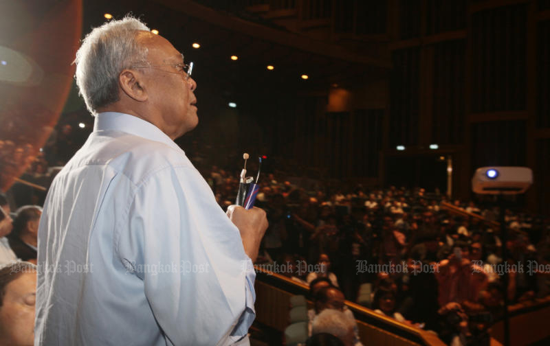 Suthep Thaugsuban talks to supporters of the Action Coalition for Thailand Party during a meeting to launch the party at Rangsit University on Sunday. (Photo by Apichit Jinakul)