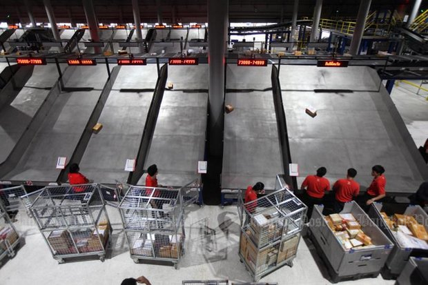 Thailand Post has strengthened its logistics system, bringing in a new cross-belt sorter and mixed-mail sorter at its logistic centre in Chon Buri. (Photos by Thiti Wannamontha)