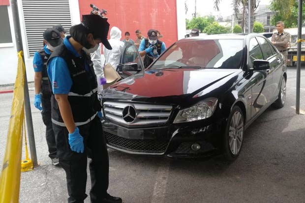 Scientific crime detection police examine the black Mercedes-Benz owned by missing Pinyada Paenchan at the Muang police station in Songkhla province on Monday. (Photo by Assawin Pakkawan)