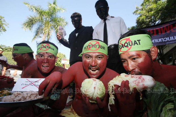 Protesters from 686 civil society groups donned blackface and ate veggies at Government House while demanding bans on two farm chemicals and better regulation of a third. (Photo by Apichit Jinakul)