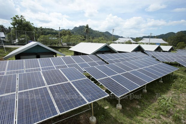 A village in Than To district of Yala, next to the Malaysian border, is one of several small pockets of private homes partially powered by solar energy, but the government now pledges a nationwide plan to encourage this form of alternative energy. (Photo by Patipat Janthong)