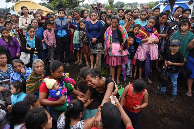 Relatives mourn during the funeral of 20-year-old Erick Rivas, a victim of the Fuego volcano eruption, in Alotenango municipality, Sacatepequez, about 65 km southwest of Guatemala City, on June 06, 2018. (AFP photo)