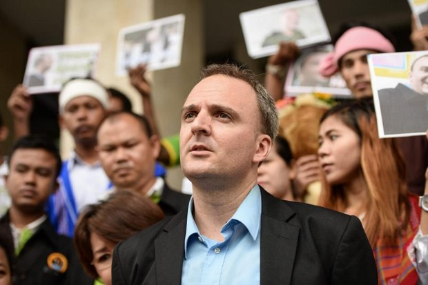 British migrant rights defender Andy Hall speaks to the media at the Bangkok South Criminal Court in September, 2016, after a verdict in one of his cases involving the Natural Fruit Company Ltd. (AFP file photo)