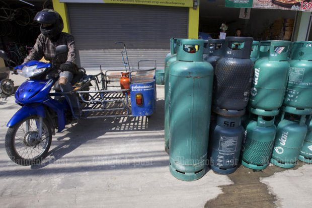 The price of 15kg cylinders for household cooking (smaller cylinders, right) is to be capped at 363 baht, around 17 baht below what dealers are currently charging. (File photo)