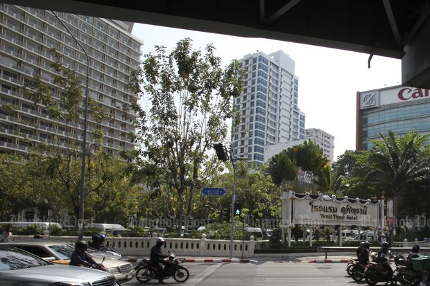 Dusit Thani has renewed their lease for 30 years with the rights to extend for another 30 years for the 24-rai site on Rama IV Road with the Crown Property Bureau for 7.4 billion baht. (Post Today file photo)