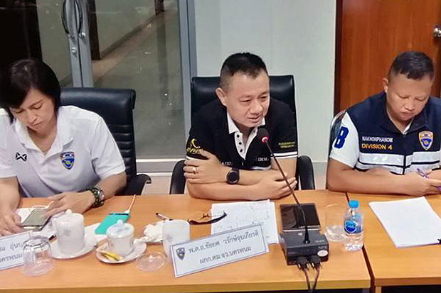 Nakhon Phanom immigration police chief Pol Col Chaiyot Warakjunkiat (centre) has been transferred to the regional headquarters in Khon Kaen. (File photo by Pattanapong Sripiachai)