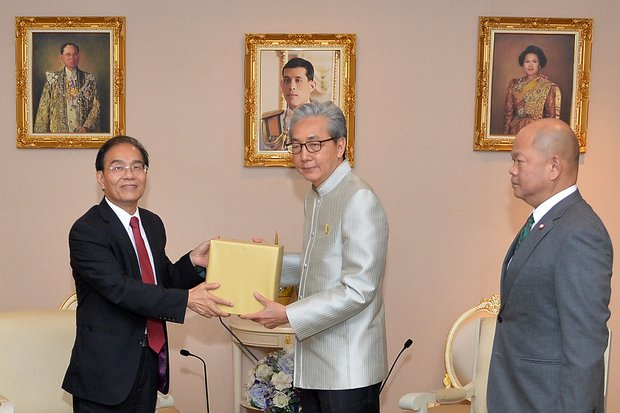 J.W. Tai (left), corporate executive vice-president of Hon Hai (Foxconn) and Deputy Prime Minister Somkid Jatusripitak (centre) exchanged gifts after talks on Wednesday. (Photo courtesy Government House)