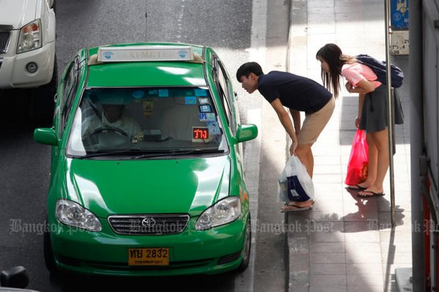 Switching taxi fares from distance-travelled to 50 satang a minute would likely solve the problem of drivers who refuse to pick up passengers, a new study by the Thailand Development Research Institute (TDRI) claims. (File photo)