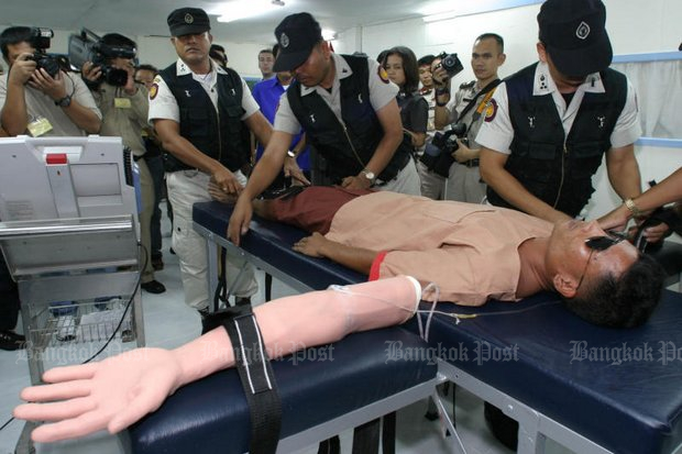 Prison officials demonstrate the use of the death penalty by lethal injection. Monday's execution was the first in Thailand since two drug traffickers were executed since 2009. (File photo)
