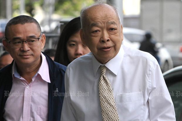Former foreign minister Surapong Tovichakchaikul (right) arrives at the court for politicians to hear a ruling on his case on Tuesday. Ruangkrai Leekitwattana (left), a member of Pheu Thai Party's legal team, also accompanies him. (Photo by Apichart Jinakul)