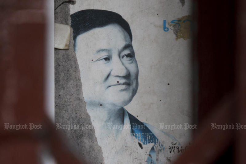 A picture of former prime minister Thaksin Shinawatra seen in a community near Wat Kalayanamitr in Thon Buri district in September 2015. (Post Today file photo)