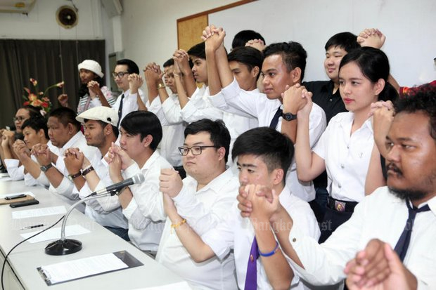 Students from 10 universities, including activist Parit 'Penguin' Chiwarak (centre, wearing glasses) announce the formation at Thammasat University's Tha Prachan campus of the politically driven Student Union of Thailand aiming to tackle undemocratic politics, economic inequality and social injustice. (Photo by Apichart Jinakul)