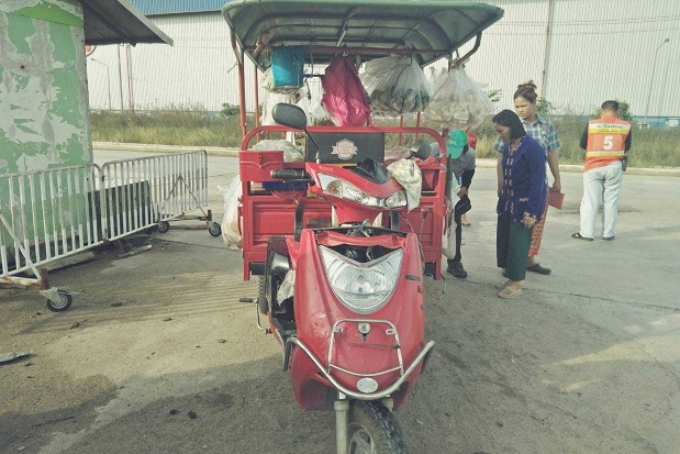 The 6-yer-old girl fell from this samlor, driven by her mother, and was run over by  one of the rear wheels, receiving fatal head injuries, on their way home from her chool in Ayutthaya's Wang Noi district late Thursday afternoon.(Photo by Sunthorn Pongpao)