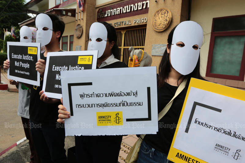 Amnesty International Thailand and other human rights activists protest the death penalty outside the Bang Kwang Prison, but a new Nida Poll indicates a huge majority of people want enforcement to continue. (Photo by Wichan Charoenkiatpakul)