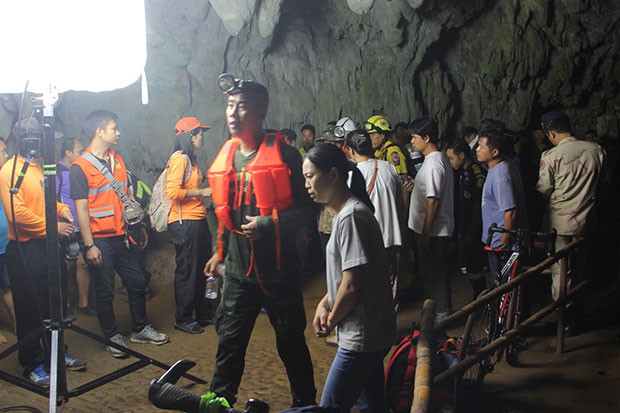 Park officials and volunteers search for 11 football players and their coach believed trapped in Tham Luang Nang Non cave in Mae Sai district, Chiang Rai, on Saturday. (Photo by Chinnapat Chaimol)