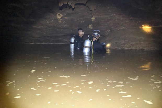 Navy special operations divers search for missing children 7km inside a flooded Tham Luang cave in Mae Sai district, Chiang Mai. (Photo posted on @ThaiSEAL Facebook account on Monday)