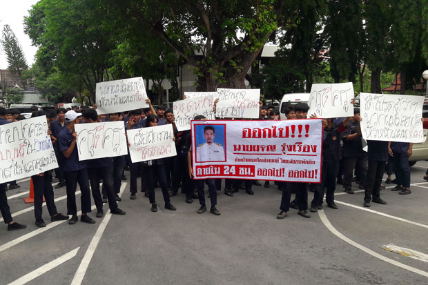 Students of Nakhon Ratchasima Polytechnic College rally at the provincial hall on Monday demanding the dismissal of the head of the school's automotive mechanics faculty for alleged misconduct and violence. (Photo by Prasit Tangprasert)