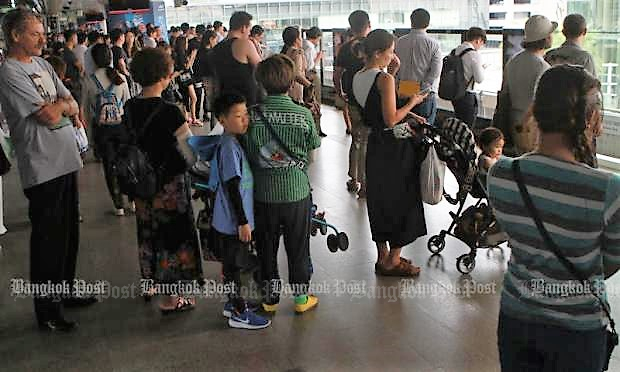 Passengers wait, and wait, at Siam station last Monday when signal malfunctions started causing delays to BTS skytrain services that continued all week. (Photo by Somchai Poomlard)