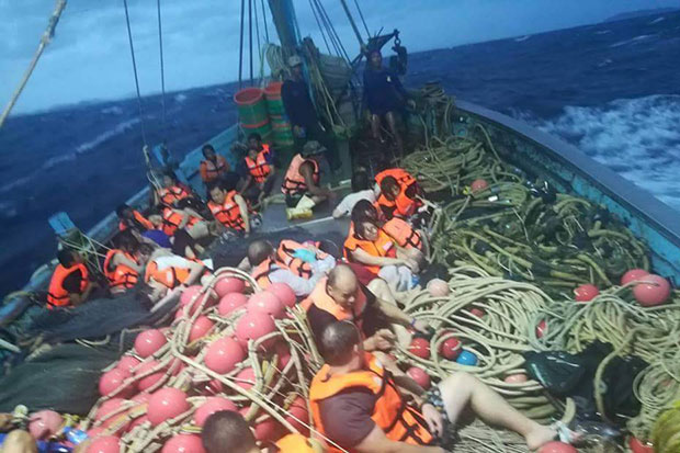 Tourists on the Phoenix PD diving boat are rescued by a trawler after their vessel sank in Phuket on Thursday. (Photo from @fm91trafficpro)