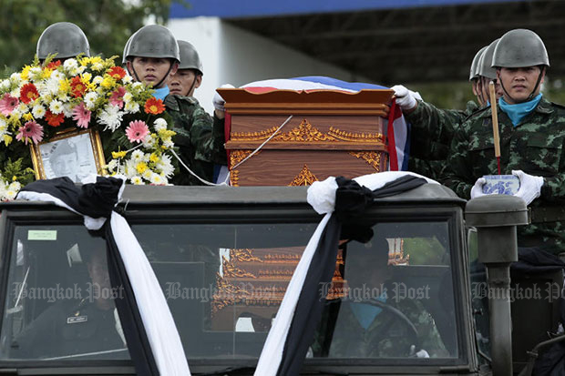The body of Petty Officer 1st class Saman Gunan is taken by army convoy to Mae Fah Luang airport in Chiang Rai on Friday, from where it was taken to Sattahip district, Chon Buri, for religious rites. (Photo by Patipat Janthong)