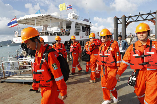 A Chinese rescue team arrives at Chalong pier in Phuket on Sunday to search for the missing Chinese tourists. (AP photo)