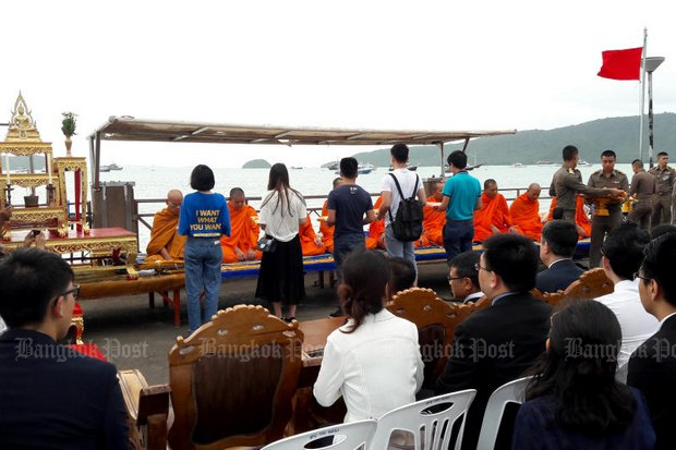 Government agencies in Phuket organised a merit-making ceremony Wednesday at Chalong pier dedicated to those who lost their lives in the sinking of the 'Phoenix' tour boat last Thursday. Senior officials and families of the victims attended the rite. (Photo by Achadtaya Chuenniran)