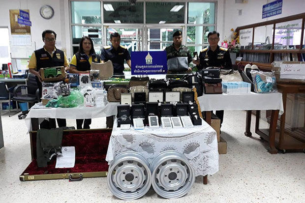 Customs and security authorities on Sunday show brand-name goods and other smuggled items seized in Mae Sot district in Tak province. (Photo by Assawin Pinitwong)