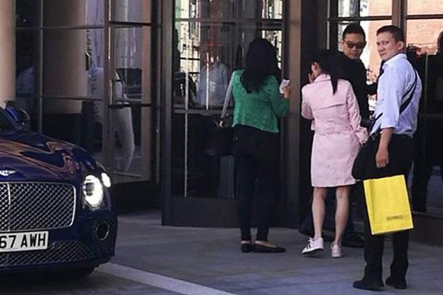 Pol Col Watanyu Witthaypalothai (right) is seen with former prime minister Yingluck Shinawatra at a shopping centre in London in June. (Photo from Pui Vijitphan Facebook account)