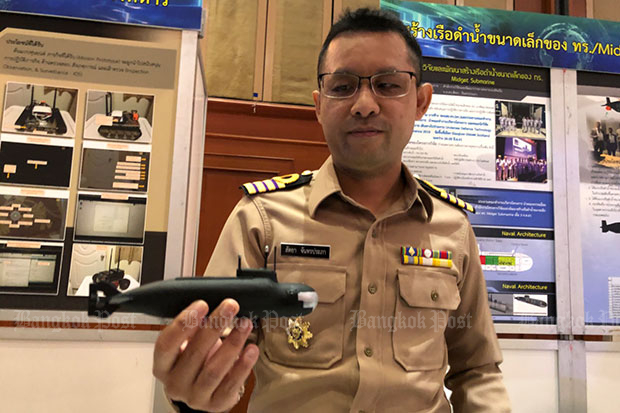 Capt Sattaya Chantharaprapa, deputy director of Line Officers School, Naval Education Department, and head of the mini-submarine research project, shows a model of a Russian mini-submarine as Prime Minister Prayut Chan-o-cha gives the green light for the design of a mini-sub for the Thai navy. (Photo by Wassana Nanuam)