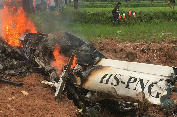 A civilian helicopter crashed and burst into flames on a paddy field in Khon Kaen's Chonnabot district on Wednesday morning, killing all on board. (Photo by Chakkrapan Natanri)