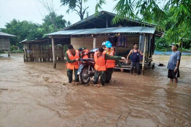 Soldiers from the 210th Division help residents of Nakhon Phanom town move out of flooded houses. (Photo FB/ArmyTimesThailand)