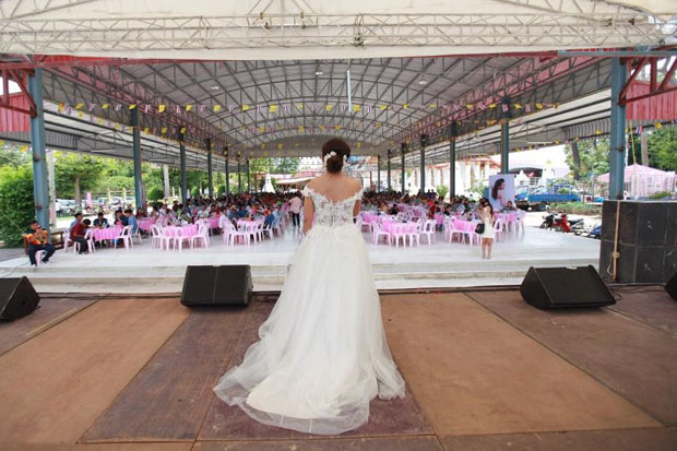 Jilted bride Jutathip Nimnual, 24, tells guests her groom and his dowry were not coming to the ceremony, at Wat Pikoolthong in Muang district, Ratchaburi, on Sunday. (Photo supplied by Saichon Srinuanjan)