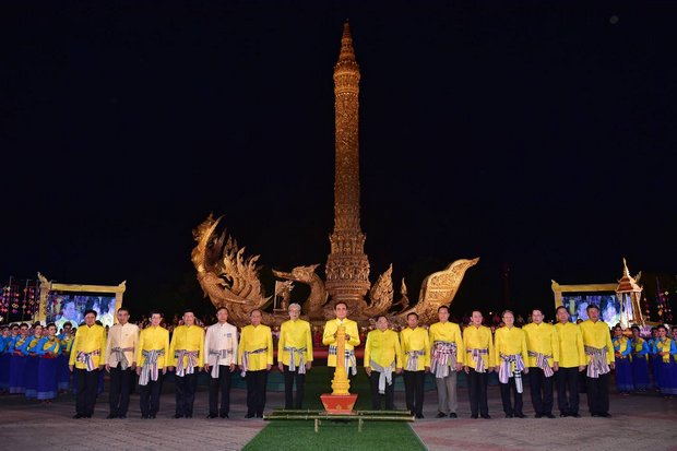 After unveiling 19 new infrastructure programmes worth 59 billion baht for Ubon Ratchathani and neighbouring provinces, Prime Minister Prayut Chan-o-cha opened the Buddhist Lent Festival, the start of a three-month period of abstinence and self-discipline. (Photo courtesy Government House)
