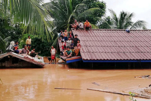 Villagers evacuate after the Xepian-Xe Nam Noy hydropower dam collapsed in Attapeu province, Laos, Tuesday. (ABC Laos News/Handout via Reuters)