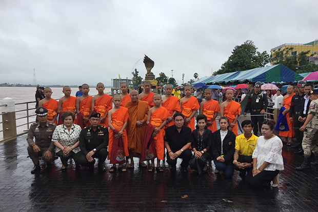 Eleven young Wild Boar Academy footballers and the coach, who have been ordained as novices and monk, attend a ceremony to scatter the ashes of Lt Cdr Saman Gunan in Muang district of Nakhon Phanom province on Sunday. (Pattanapog Sripiachai)