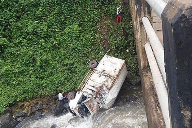 First responders had to rappel down a steep hill into the abyss where the aid truck wound up in the  Xe-Namnoy River in Champasak province on Sunday morning. (Photo FB/ABClaos)
