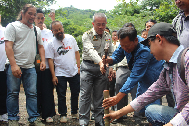 National artist Chalermchai Kositpipat, third from right, guided by Thanya Netithamkul, centre, director-general of the Department of National Parks, Wildlife and Plant Conservation, hammers in a wooden stake marking the boundary for construction of the museum to commemorate the rescue of 12 young footballers and their coach at Tham Luang cave in Mae Sai district, Chiang Rai, on Wednesday. (Photo by Chinnapat Chaimol)
