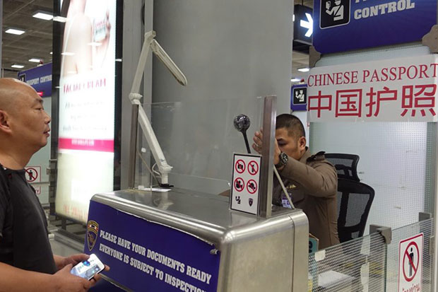 A traveller waits for his documents to be checked in the special lane for holders of Chinese passports at Suvarnabhumi airport on Friday. (Photo taken from @1155TPB Facebook page)