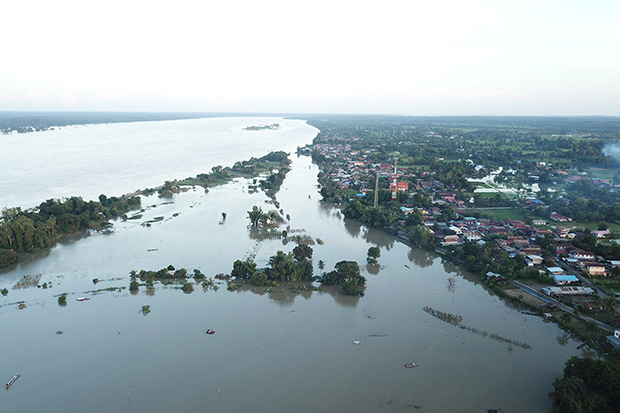 Overflow from the Mekong River flooded several districts in Nakhon Phanom province on Saturday. (Photo by Pattanapong Sripiachai)