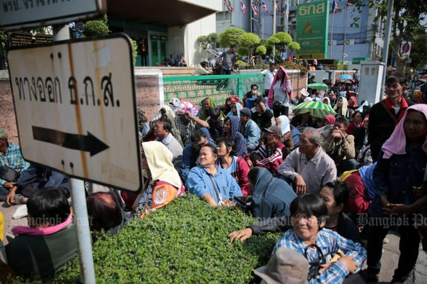 Indebted farmers stages a protest at the headquarters of the Bank of Agriculture and Agricultural Cooperatives last February. (Photo by Chanat Katanyu)