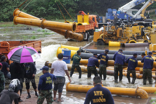 Soldiers help remove pump pipes earlier used to divert water, as overflow began  flooding down the spillway at Kaeng Krachan dam in Phetchaburi province on Monday. (Photos by Wichan Charoenkiatpakul)