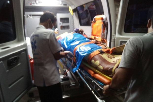 Rescue workers handle the body of a villager who was shot dead at a grocery in Mayo district, Pattani, late Wednesday night. (Photo by Abdulloh Benjakat)