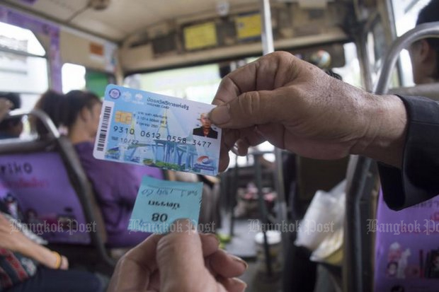 Around 870 billion baht of the 2.9-trillion baht budget this year is outlay on populist-type programmes including (above) using welfare cards for 'free' transportation on Bangkok buses. (Photo by Sorrapon Phayaklum)