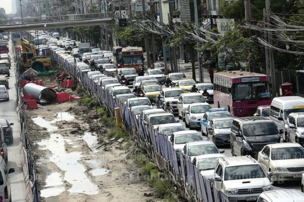 The gridlock conditions on Lat Phrao Road are forcing authorities to look at their traffic control plans. (File photo)