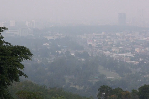 The downtown area of Hat Yai in Songkhla province is covered with smoke haze on Thursday. (Photo by Assawin Pakkawan)