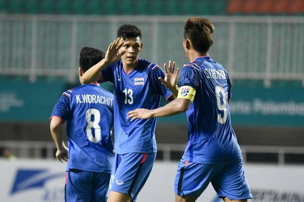 Thais celebrate the 80th minute goal that tied the match with Bangladesh. (AFP photo)